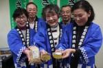 「イノシシ肉と大豆のキーマカレー」と美里在来大豆をPRする組合員ら