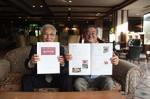 ジビエレシピ集と岡田会長(左)、木村さん