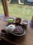 昼食は山乃屋の鹿カレー、小鉢とスープ付き