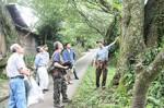 樹木医の中村さん(右)が三多気の桜の維持管理を指導