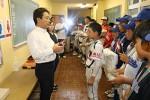 表彰式で優秀選手を称えるプラスワンの神田社長