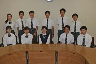 環境学習に参加している生徒たち