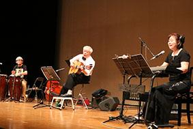 ラテンの名曲を演奏する「シエンプレ」のステージ