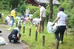日本庭園の掃除をする参加者