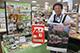 日本各地の風景写真や、日めくりのカレンダーなどが並ぶ展示