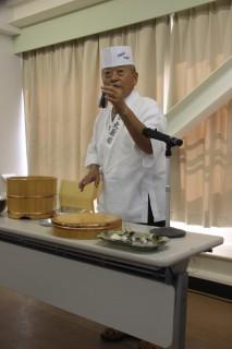 鰯の祭りずしの調理を実演する松田さん
