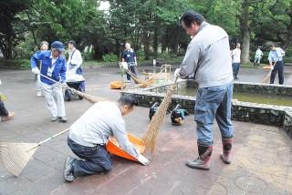 お城公園で清掃する会員