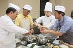 三重調理専門学校教員(右から2人目)や三重県職員(右)と一緒に、お握り作りを体験する台湾の教育関係者