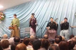 迫力満点の民謡で盛り上がる会場(左から橋本さん、小山さん、椿さん、菊池さん