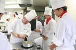 前菜の調理を指導するカバレロ氏(左)と学生たち