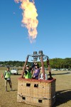 熱気球のゴンドラに乗ってバーナー噴射体験