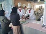 日頃学んだ技術で作った料理を、来場者に提供する学生たち