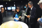 キトラ古墳壁画体験館 四神の館で説明を受ける原田部会長(右)