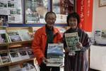 情報発信コーナーで観光案内している朝倉さん(右)らボランティアガイド