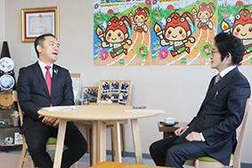 鈴木知事(左)と本紙・森社長