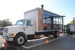 米国製のトラックを改造した日本最大級のフードトラック「EWALU」