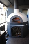 トラック内に設置された特注のピザ焼きの石窯