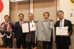 目録を手にする米川理事長(中央)と、増田会長(左から2人目)ら