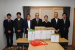草深支部長(中央)と津支部役員と鍵山院長(右から3番目)