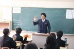 生徒の前で講話する杉田会長