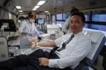 献血車の中で献血する参加者