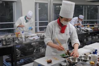日本料理技能五輪の予選に挑む出場者ら(三重調理専門学校にて)