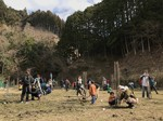 丁寧に植樹作業する参加者たち
