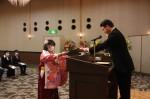 大川学校長(右)から卒業生へ卒業証書を授与