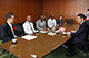 前葉市長(右)を表敬訪問し、研修について話す中井理事長(左)とケニアの医師・看護師ら