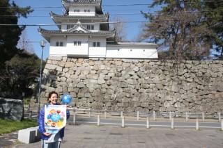 「世界自閉症啓発デー」である4月2日に合わせて毎年開催している「ライトイットアップブルーみえ」を、会場の津城跡でPRする新谷さん