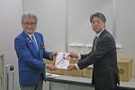 辻さん(左)から加太部長に目録を贈呈