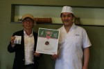 「う結び」を手にする鵜飼さん(左)と杉本さん