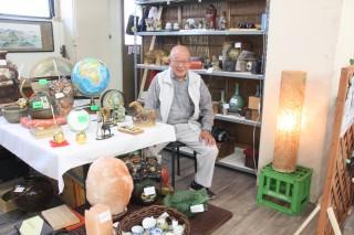 長谷川さんが、骨董品や雑貨などを販売する「マルトモ」