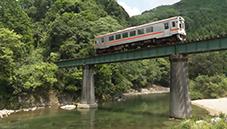 更新された動画の一場面……豊かな自然の中を走る名松線