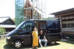 夫婦と、新たなキャンピングカー(サルシカの拠点で) 奥のツリーハウスは工事中で、チャンネルファンの協力も