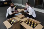 現地で製造された醤油に、ボランティアが商品ラベルを貼り販売した
