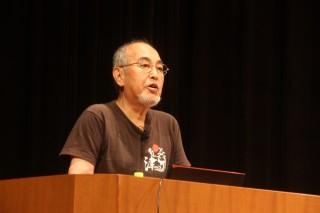 2時間余に渡り講演する西田会長