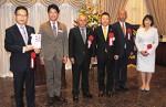 前葉市長に目録を贈呈する5LCの会長