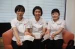 「アロマスプレー」や、募金箱を紹介する野島さん(左)、神谷さん(中央)、若松さん