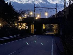 暗闇に浮かび上がる緑色のなにか(近鉄西青山駅前)