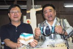 伊勢木綿のマスクを手に…臼井さん(左)と石川さん