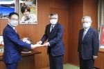 加藤委員長(中央)から前葉津市長に要望書を提出