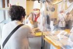 津駅西口前の実習店ピッコロで「うなぎの十二単巻き」販売する学生ら